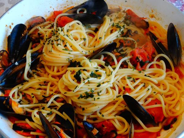 ricetta spaghetti con frutti di mare e pomodorini