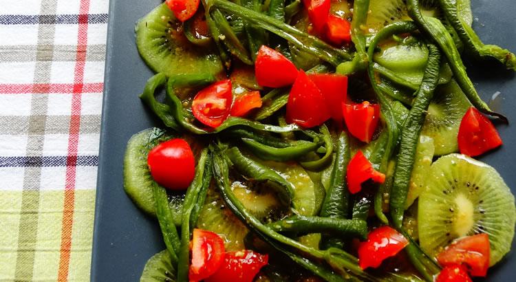 insalata estiva con kiwi e peperone