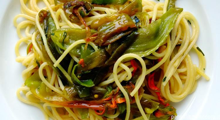 spaghetti con friggitelli, fiori di zucca e zafferano