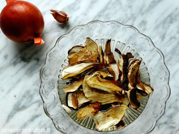 mettere in ammollo i funghi porcini secchi