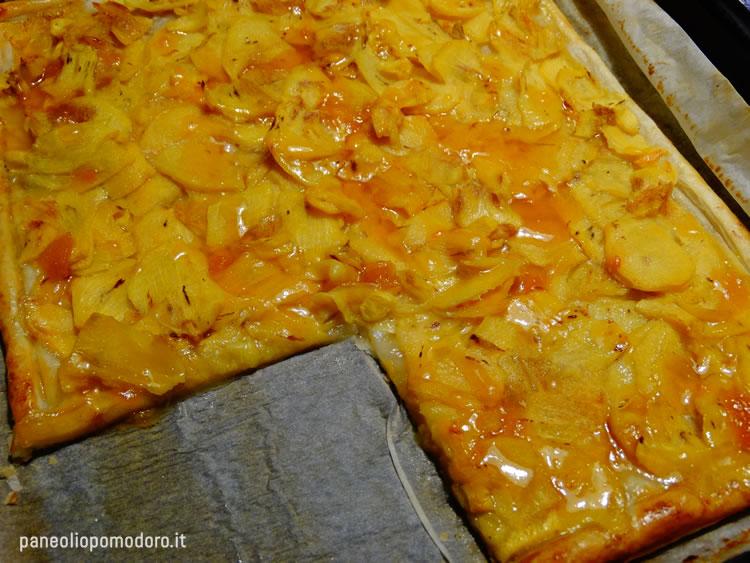 versare la marmellata sopra la torta cotta