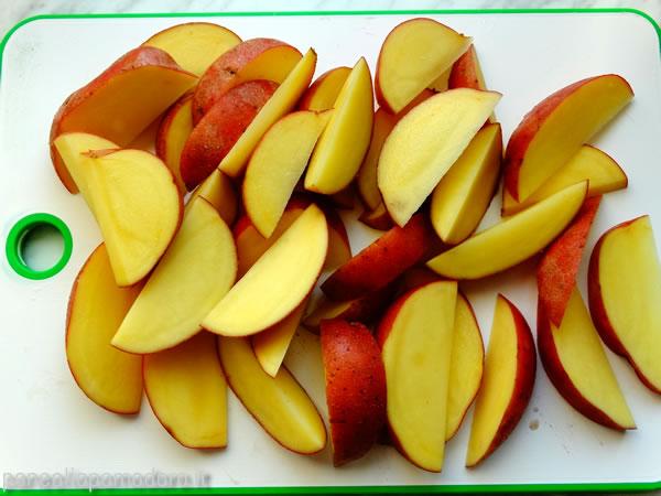 tagliare le patate a spicchi tenendo la buccia