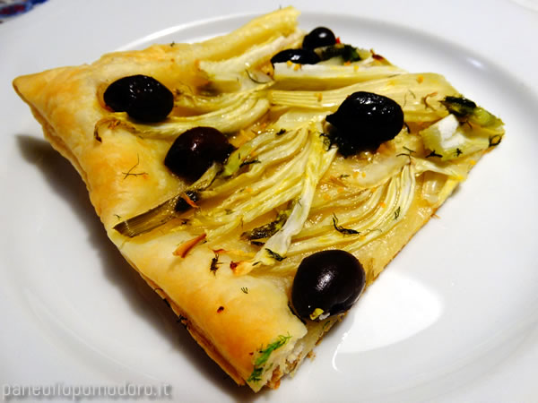 fetta di torta salata con finocchio e olive nere