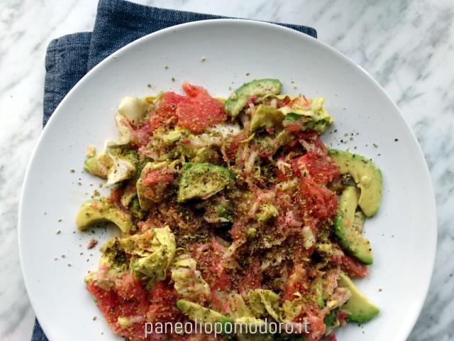 insalata di avocado barbabietola o rapa rossa e pompelmo