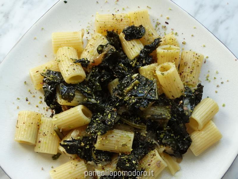mezze maniche con cavolo nero e pistacchio