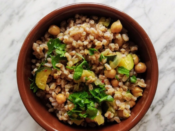insalata fredda di farro, ceci e zucchine