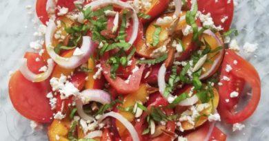 insalata estiva pesche e pomodoro