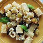 Insalata di pasta con melanzane fritte e ricotta