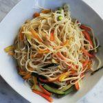 La ricetta per fare i noodles con verdure e salsa di soia