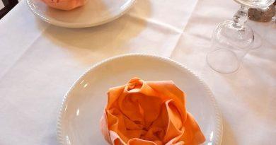 come piegare i tovaglioli a fiore di loto